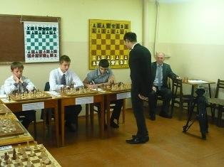 Жилин Виктор Григорьевич, судья републиканской категории с 30 ти летним стажем, опытный тренер судит очередное шахматное мероприятие в г. Кисловодске
