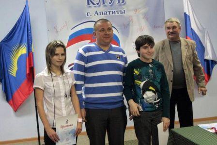 ГМ С. Рублевский с молодыми шахматистами (которым удалось сыграть в ничью)