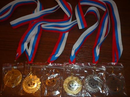 На медалях указаны названия турниров, дата и место проведения