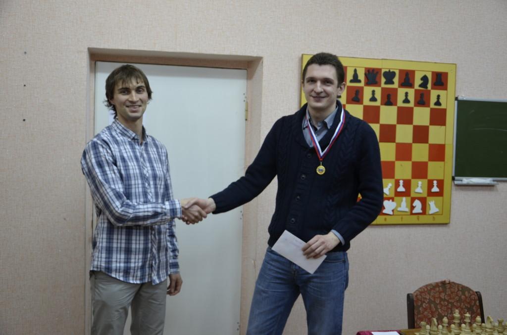 Борис Савченко вручает приз  победителю турнира Ярославу Призанту