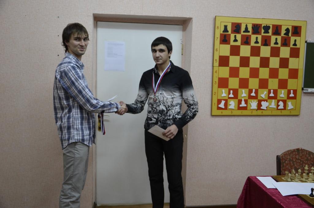 Борис Савченко вручает приз и медаль Араику Бегларяну
