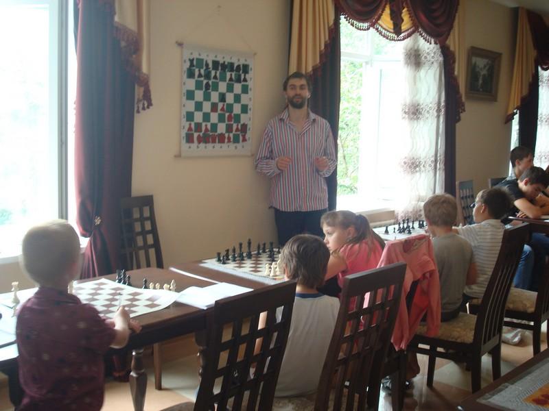Занятия с младшими участниками сессии проводит Борис Савченко